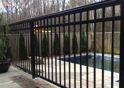 Barrière de fer forgé autour d'une piscine