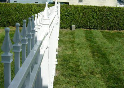 delimitation avec barriere blanche en fer forge galvanise