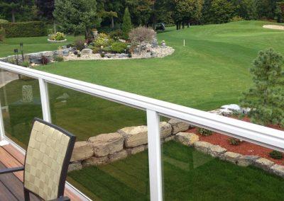Jardin avec rembardes de verrre